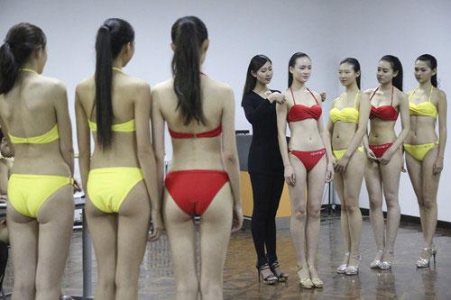 模特艺考生泳装量体美丽冻人